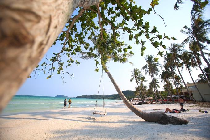 Phú Quốc Nếu thích đi biển dịp đầu năm, Phú Quốc với những bãi biển đẹp và ngập nắng là lựa chọn thích hợp. Lúc này mùa mưa đã chấm dứt ở đảo ngọc, thuận lợi cho du khách tắm biển, lặn ngắm san hô và tham gia các hoạt động ngoài trời. Các đảo nhỏ ở phía nam Phú Quốc vẫn có sức hút nhờ vẻ đẹp nguyên sơ như Hòn Móng Tay, Hòn Mây Rút, Hòn Dăm Ngang (Gầm Ghì)... Ảnh: Ngọc Thành.
