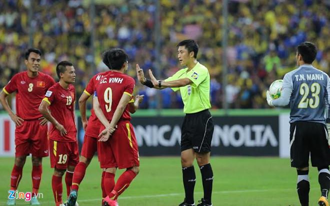 Tiếng còi của trọng tài Ma Ning bị các tuyển thủ Việt Nam phản đối.