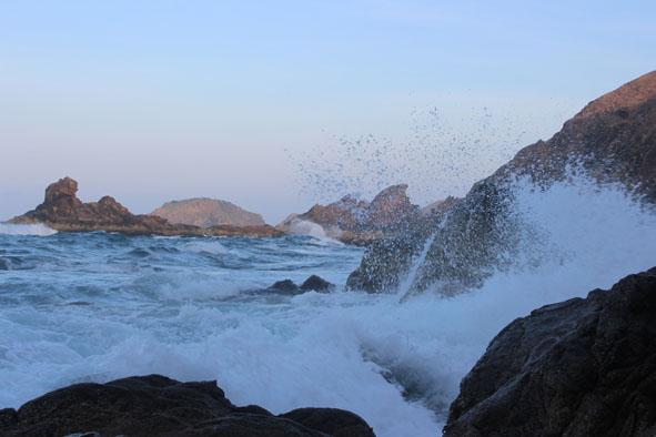 Những con sóng tung trắng xóa vào buổi chiều  ở Eo Gió.