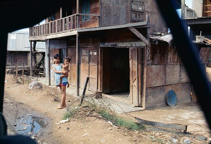 Hai chị em bên ngoài một khu nhà lụp xụp. Ảnh: James Speed Hensinger.