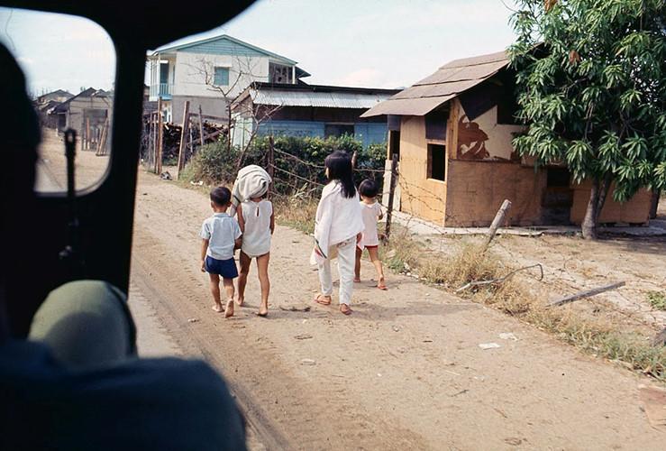Trẻ em trên đường làng. Ảnh: James Speed Hensinger.