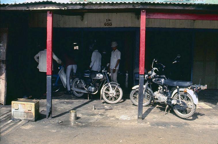 Bên ngoài một tiệm sửa xe ở Diêu Trì. Ảnh: James Speed Hensinger.