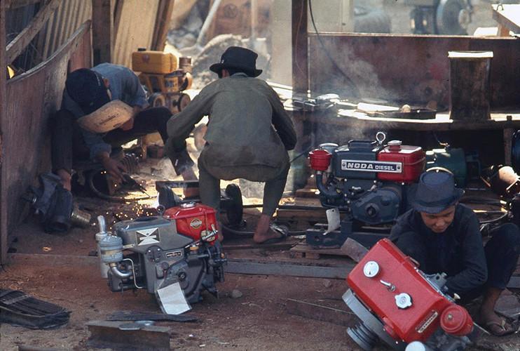 Trong xưởng sửa chữa đầu máy kéo ở Diêu Trì. Ảnh: James Speed Hensinger.