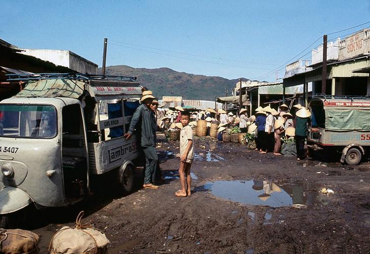 Một khu chợ nằm bên Quốc lộ 1 ở Bình Định. Ảnh: James Speed Hensinger.
