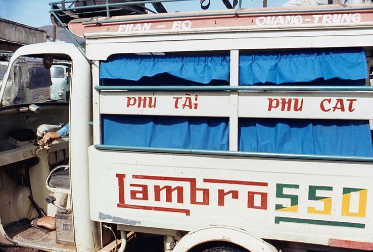 Xe chở khách tuyến Phú Tài - Phù Cát. Ảnh: James Speed Hensinger.