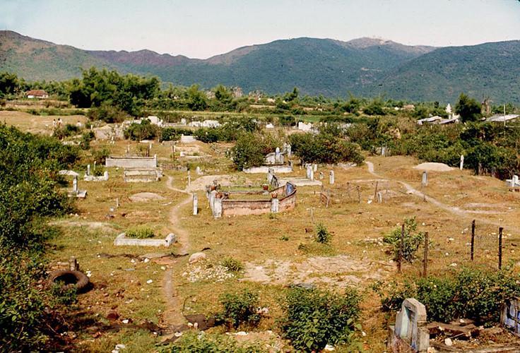 Nghĩa trang ven Quốc lộ 1. Ảnh: James Speed Hensinger.