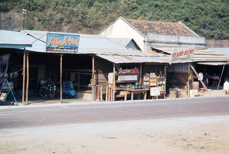 Hàng quán ven Quốc lộ 1 ở Diêu Trì, Bình Định thời chiến tranh Việt Nam, khoảng năm 1969-1970. Ảnh: James Speed Hensinger.