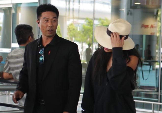 Cô liên tục dùng tay che mũ, né tránh người hâm mộ. Ảnh:Dollar Nguyen.