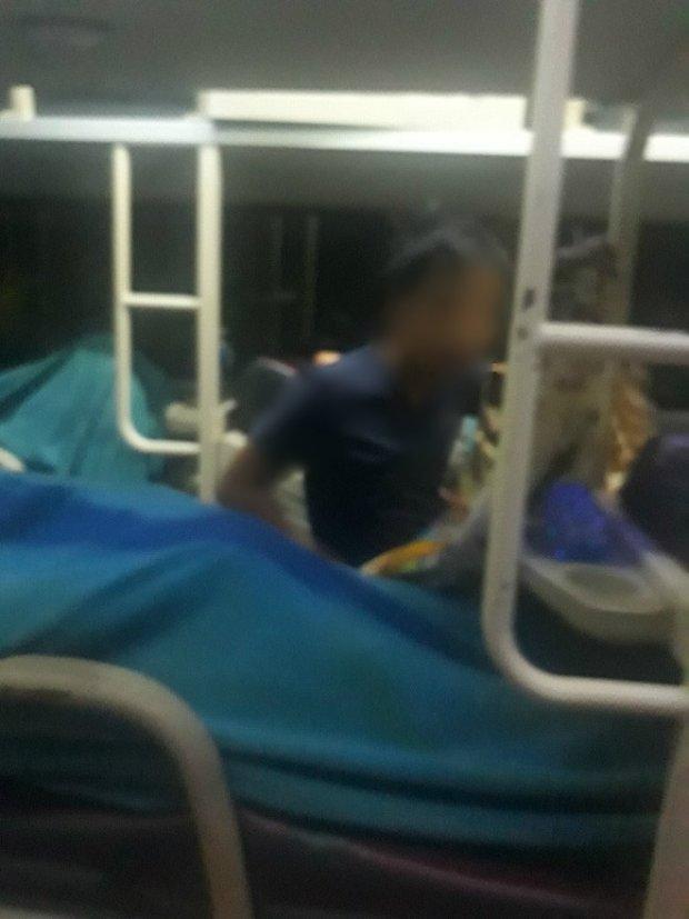 Hình ảnh nhân vật bị tố là kẻ biến thái đã quấy rối tình dục cô gái trên xe khách giường nằm.