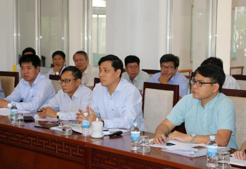 Thứ trưởng Bộ GTVT Nguyễn Ngọc Đông và đoàn công tác thảo luận với tỉnh Khánh Hòa về việc triển khai hướng tuyến đường sắt tốc độ cao đoạn qua địa bàn tỉnh. Ảnh: Quốc Nhựt