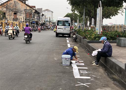 ực lượng chức năng phường Phú Cường kẻ ô bố trí điểm bày bán hoa tết tại chợ hoa xuân 2019 trên đường Bạch Đằng. Ảnh: THANH HỒNG