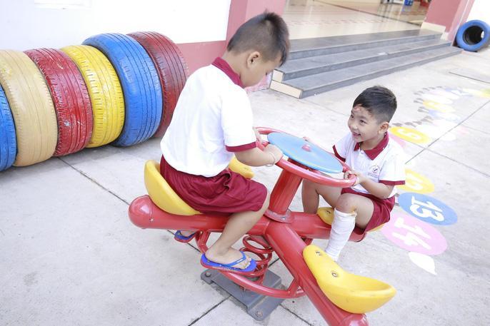 Tại trường Ngô Thời Nhiệm,nụ cười trở lại trên môi Vỹ (6 tuổi)