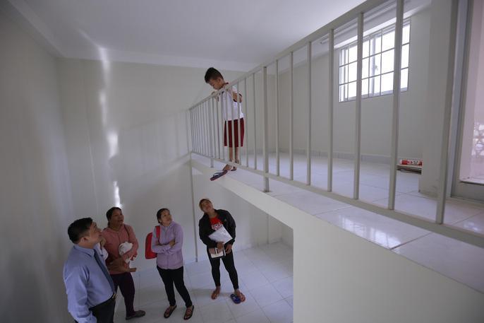 Các em sau đó được dẫn đi xem nhà mới, căn hộ nhỏ nhưng ấm áp, tiện lợi