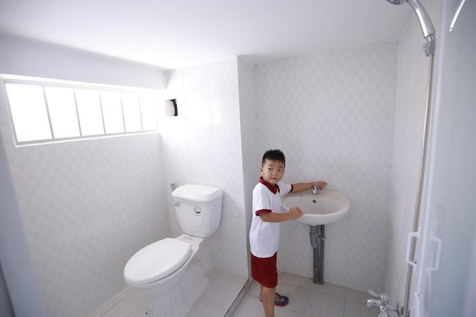 Nhân khám phá toilet nhà mình