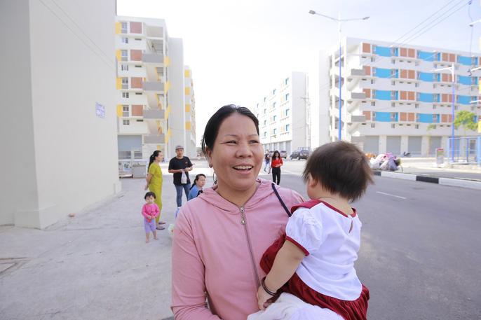 Cảnh quan bên ngoài khu căn hộ với nụ cười của bà nội các bé