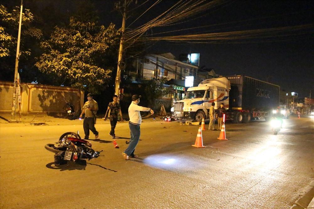 Hiện trường vụ tai nạn giữa xe máy và xe container khiến 2 người thương vong