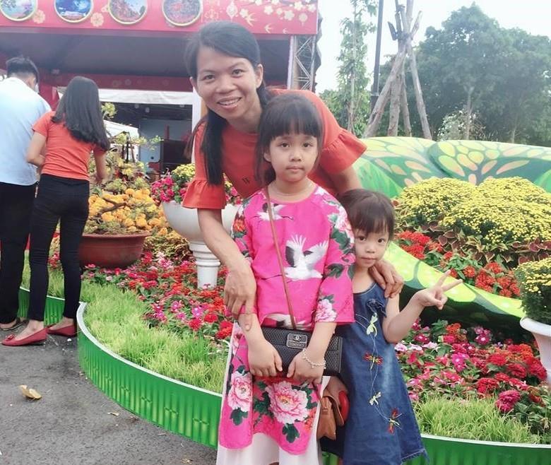 Chị Bình cùng 2 con tạo dáng trước tiểu cảnh hoa xuân.