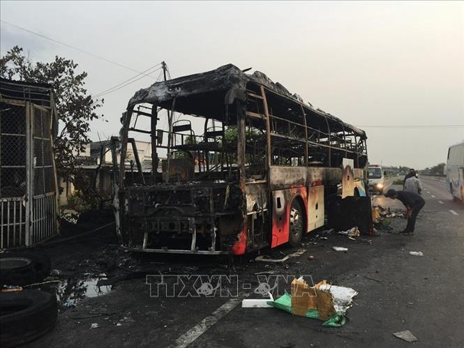 Chiếc xe khách giường nằm bị cháy hoàn toàn, chỉ còn lại khung sắt. Ảnh: Nguyễn Thanh/TTXVN