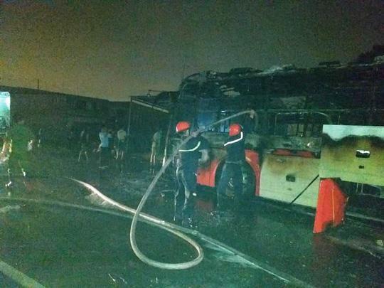 Lực lượng chức năng đang tìm cách dập tắt đám cháy (Ảnh: Xuân Ánh)