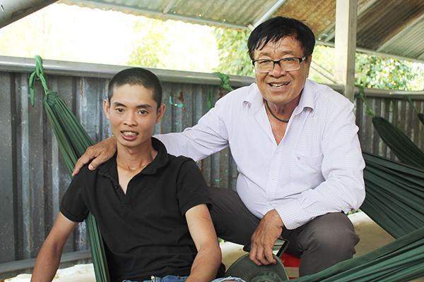 Anh Nguyễn Thành Nhân (mặc áo đen) đã tìm đường về sau 3 ngày 2 đêm lạc trên núi Chứa Chan