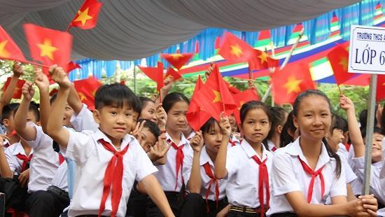 Các em học sinh Trường THCS An Bình chào đón năm học mới
