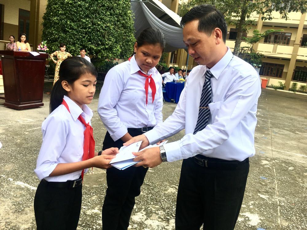 Ông Huỳnh Chấn Hùng, Phó Giám đốc Vietinbank Chi nha'ŋh BD trao học bổng cho các em học sinh dân tộc thiểu số có hoàn cảnh khó khăn