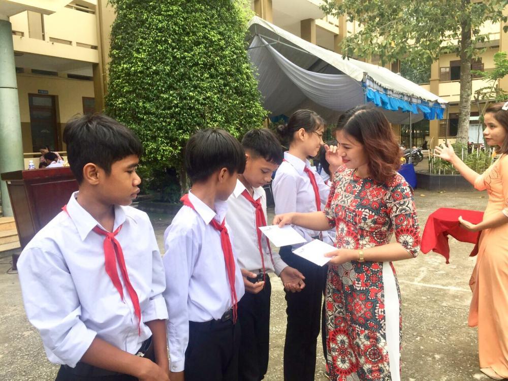 Đại diện Báo Công lý văn phòng Đông Nam Bộ trao học bổng cho các em học sinh dân tộc thiểu số có hoàn cảnh khó khăn
