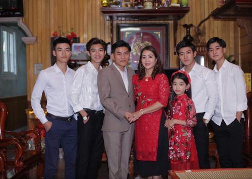 Phải công nhận một điều là gia đình này có gen đẹp từ nhỏ đến lớn.