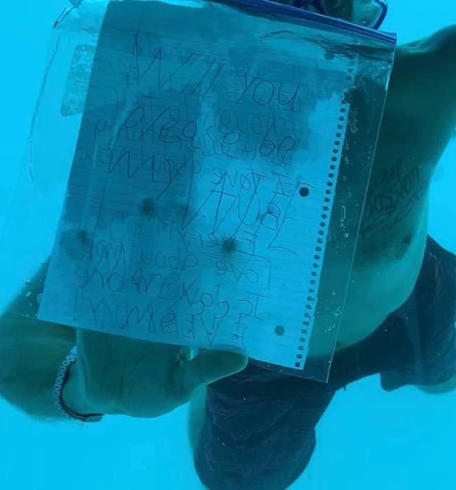 Tờ giấy Weber dùng thay cho lời nói vì đang bơi dưới nước.