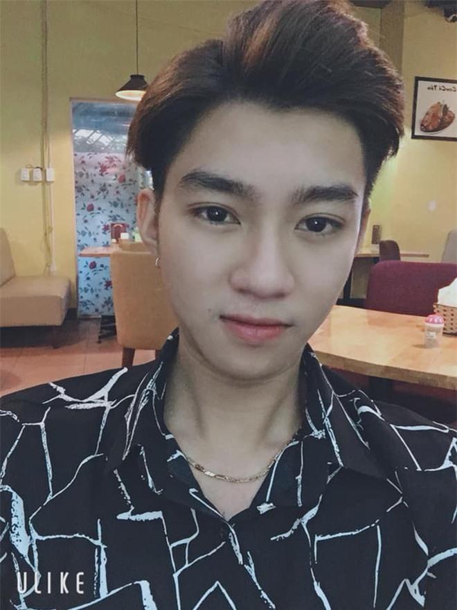 Lê Đăng Mạnh sinh năm 2000 sở hữu diện mạo baby cute, vóc dáng mảnh khảnh nhìn chung khá thư sinh. Hiện anh đang học tập ở xứ sở củ sâm.