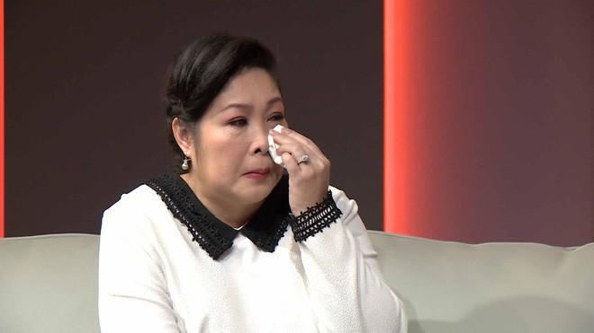 NSND Hồng Vân không cầm nổi nước mắt với câu chuyện của mẹ con chị Ánh Hồng.