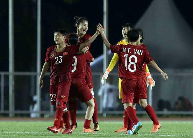 Các nữ cầu thủ vui sướng ăn mừng sau khi ĐT nữ Việt Nam lọt vào chung kết SEA Games