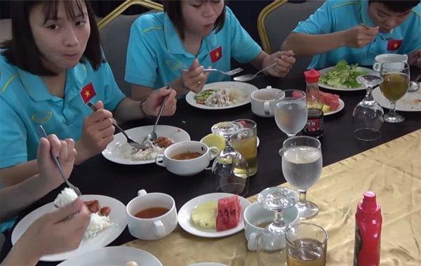 Bữa ăn thiếu thốn của các nữ tuyển thủ Việt Nam