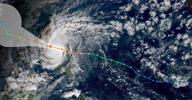 Vị trí (chấm vàng cam to) và đường đi dự kiến của bão Phanfone. Nguồn: NOAA/NHC
