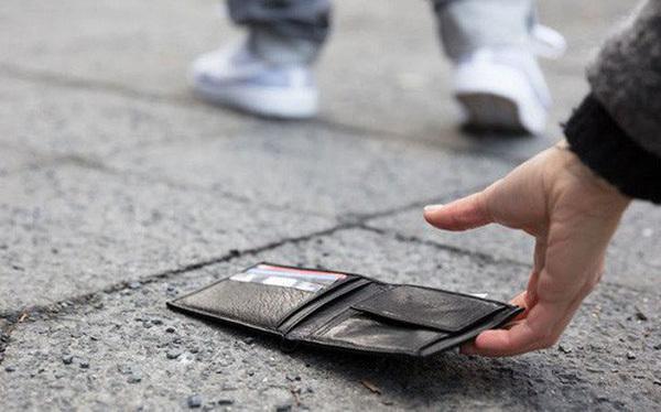 Không phải ai cũng đủ tỉnh táo để trả lại đồ khi nhặt được (Ảnh minh họa: Cafebiz)