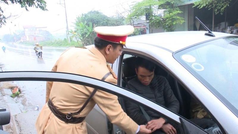 Trong năm 2020, những tài xế không nhắc nhở hành khách, người ngồi sau thắt dây an toàn sẽ bị xử phạt nặng. (Ảnh minh họa: giao thông)