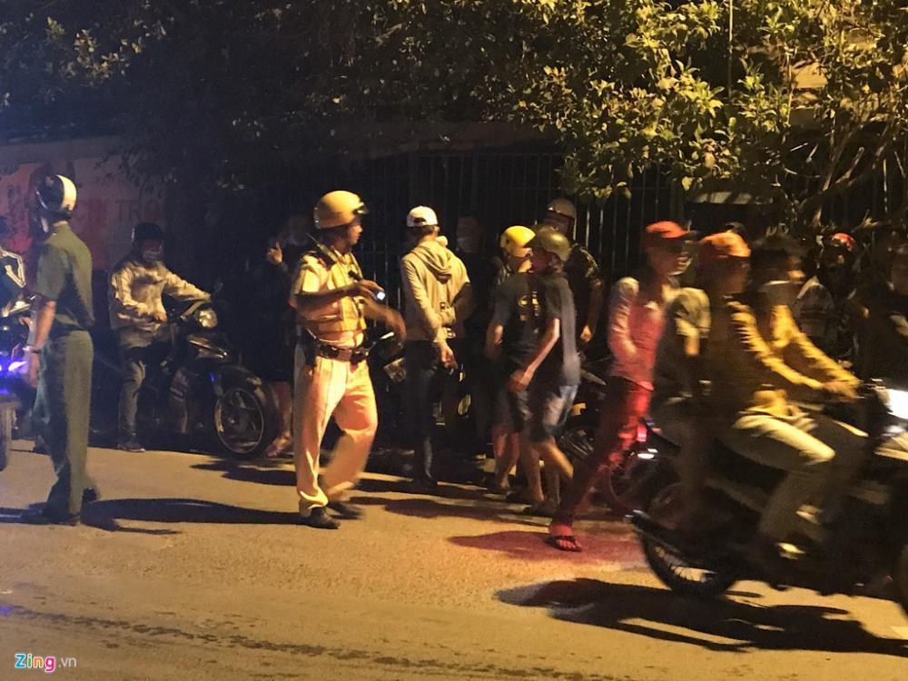 Gần 1h sáng, lực lượng công an, cs cơ động, cs giao thông tập trung và phong toả 1 cây xă ng trên đường Đỗ Văn Dậy. Người dân hiếu kỳ được yêu cầu giải toả.
