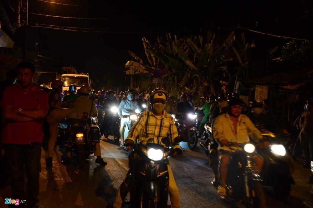 Theo ghi nhận của phóng viên, lúc 0h30 ngày 14/2, các xe không thể lưu thông qua ngã 3 đường Đỗ Văn Dậy. Người dân cho biết vài giờ trước, lực lượng cs cơ động đã dựng ở đây nhiều chốt chặn để bắt Tuấn.