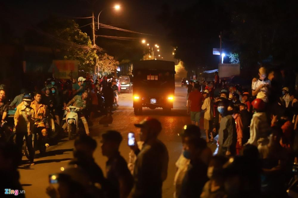 1h20, đoàn xe chở CSCĐ ra khỏi nơi phong toả.