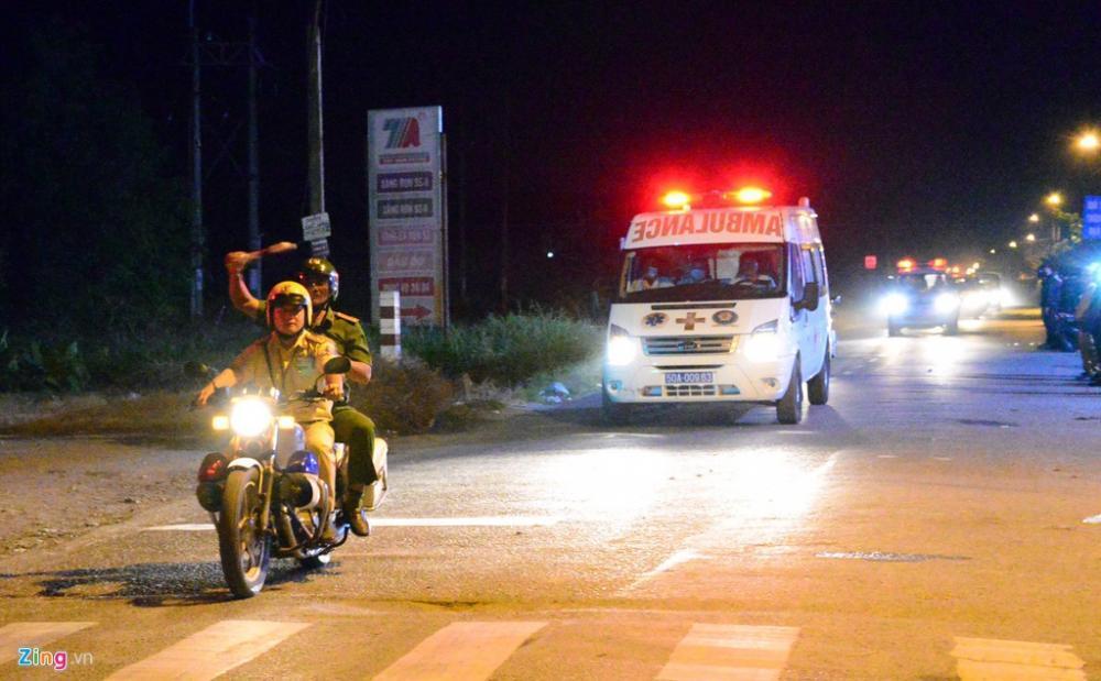 Hơn 2h sáng 14/2, xe thương lao nhanh vào hiện trường rồi quay trở ra ngay lập tức. Nhiều môtô cs hộ tống, dẹp đường.