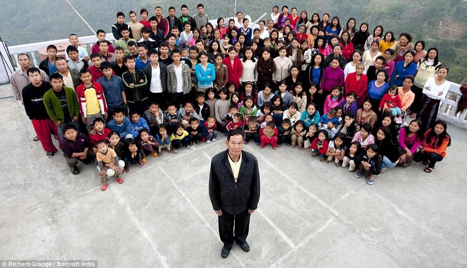 Bức ảnh đại gia đình của người đàn ông nhiều vợ nhất thế giới.