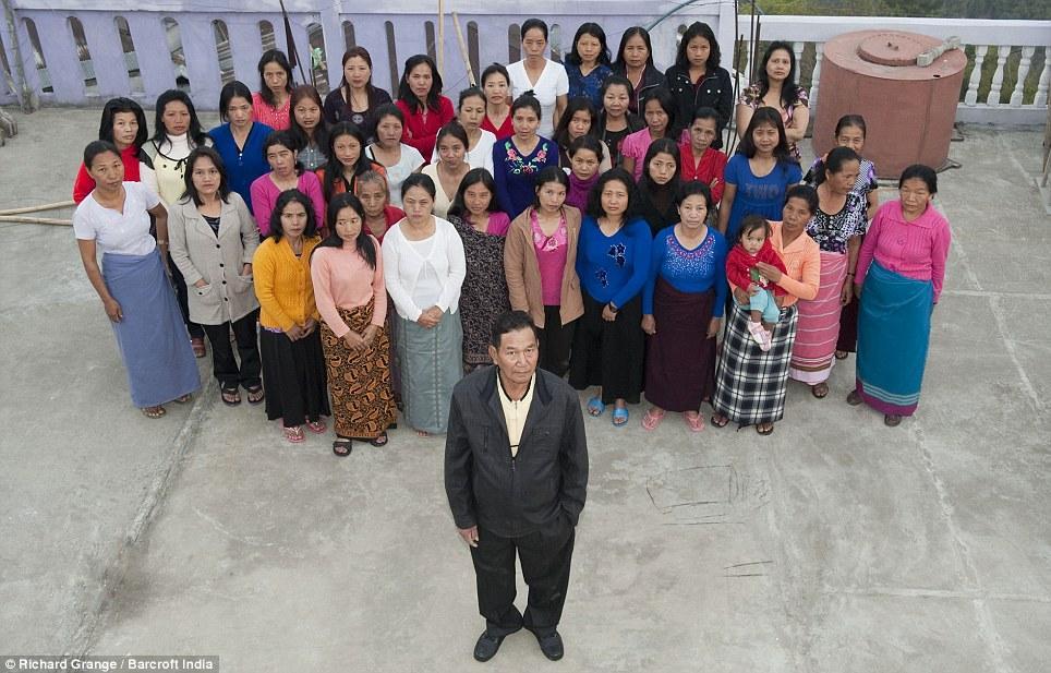Hình ảnh ông Ziona và các bà vợ.