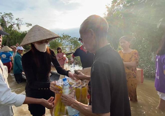 Thủy Tiên đến từng nhà dân ở miền Trung để cứu trợ nhu yếu phẩm thiết yếu giữa mùa lũ.
