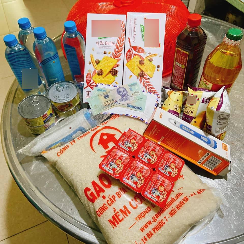 Phần quà với đầy đủ các loại lương thực lẫn dụng cụ hỗ trợ trong mùa mưa lũ được 1 người dân Quảng Nam chia sẻ.
