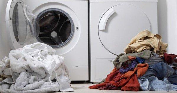 Hãy phân loại kỹ càng quần áo theo màu sắc trước khi giặt.