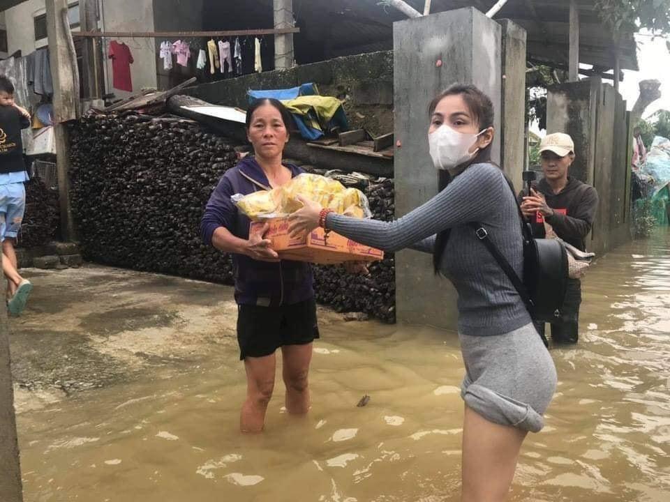 Nữ ca sĩ phải xắn cao quần khi đi qua khu vực ngập nước.