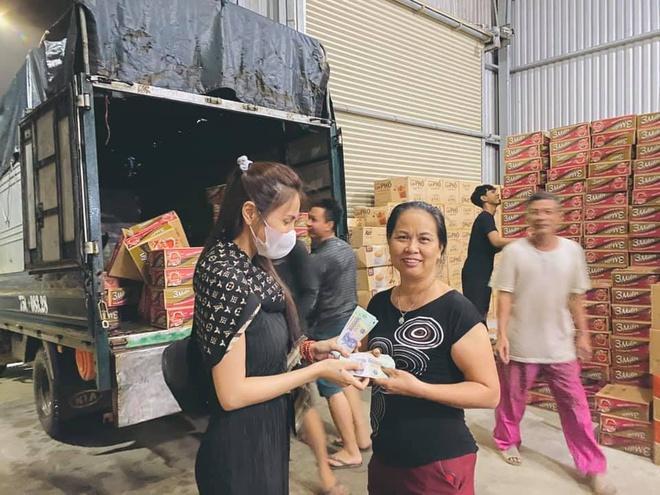 Thủy Tiên vẫn đang ở các tỉnh miền Trung cứu trợ bà con vùng lũ.