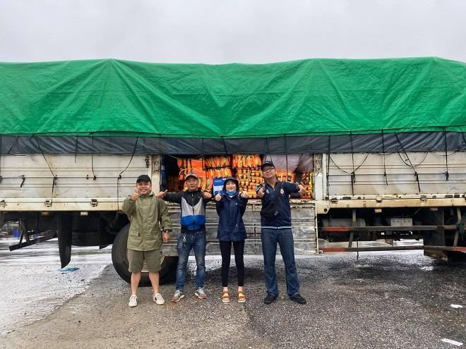 Hòa Minzy vào Hà Tĩnh cứu trợ người dân vùng bão lũ.