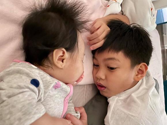 Cường Đô La khoe ảnh Subeo nằm cạnh ngắm em gái Suchin đang say giấc ngủ