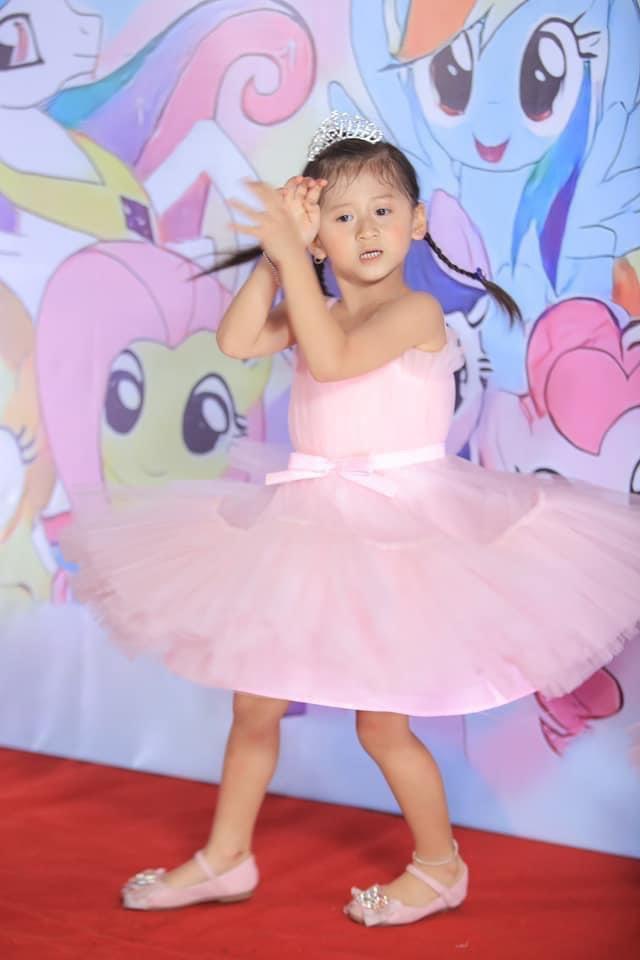 Bé Kiến xinh xắn trong tiệc sinh nhật 5 tuổi.